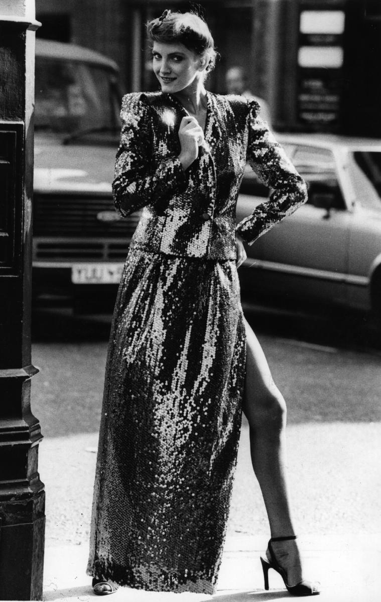 Следва, бляскав от към пайтети, но в сущото време мрачен за модата момент, 80-те. Дължината отново е под коляното, но са добавени много светещи и искрящи елементи.