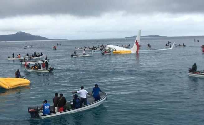 """""""Боинг 737"""" кацна""""малко извън пистата"""""""