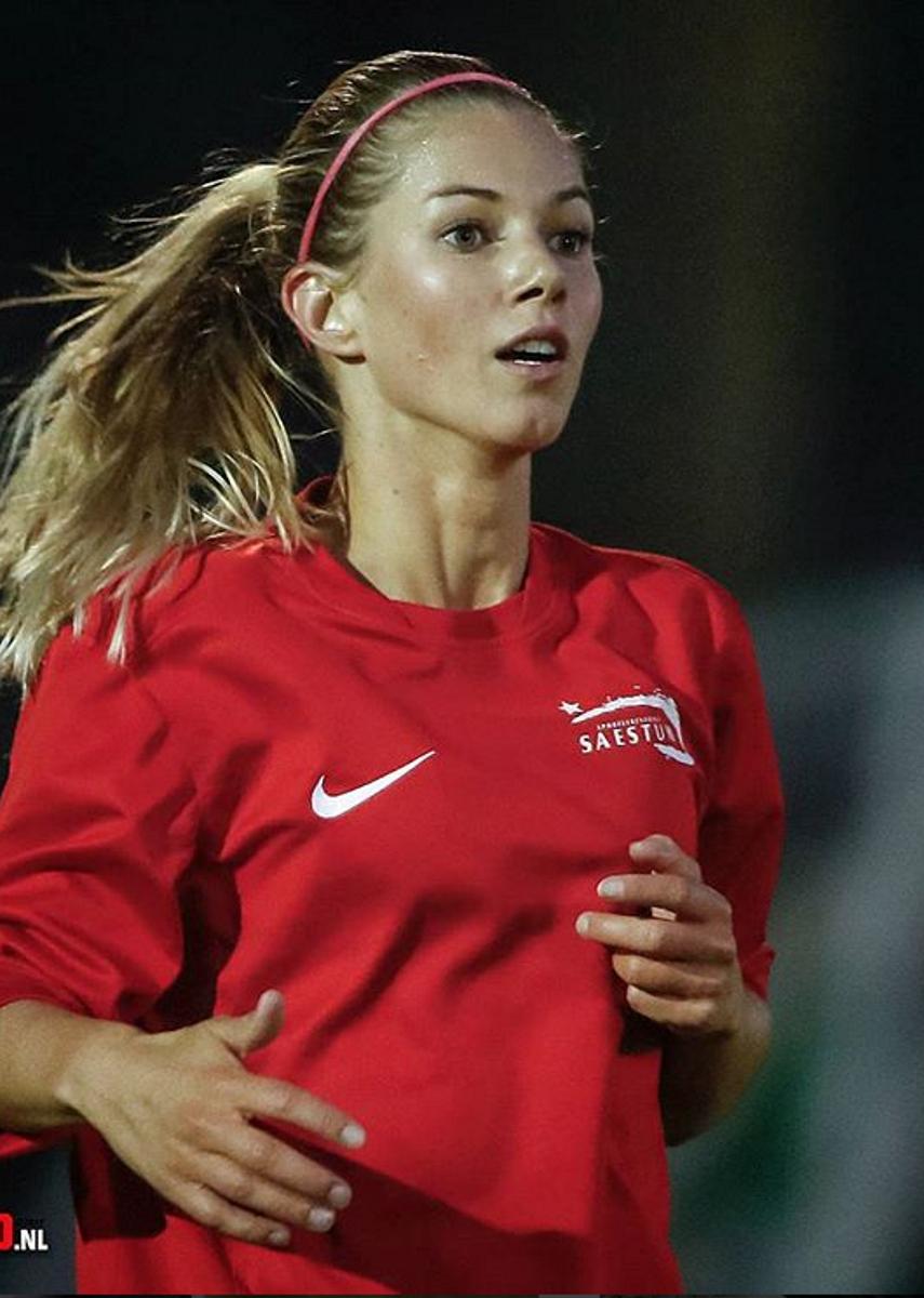 """Анук е състезателка на холандския """"Аякс"""". Тя играе на позицията полузащитник и е част от националния отбор. Родена не на 6 май 1985 година в Холандия."""
