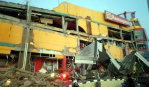 Страшно земетресение и цунами удариха Индонезия