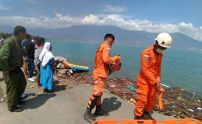 Стотици са вече жертвите на земетресението и цунами в Индонезия