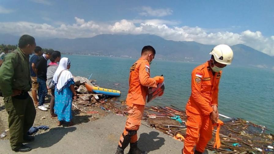Стотици жертви на цунами в Индонезия (видео)