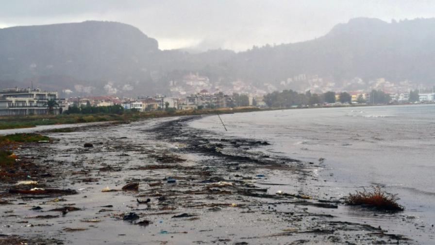 """""""Зорбас"""" връхлетя Гърция с ветрове от 100 км/ч и високи вълни"""