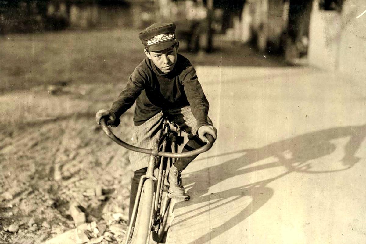 Октомври 1913 г.: Къртин Хайнс, 14 г. Ходи на училище. Работи от 16:00 до 20:00 ч. всеки ден.