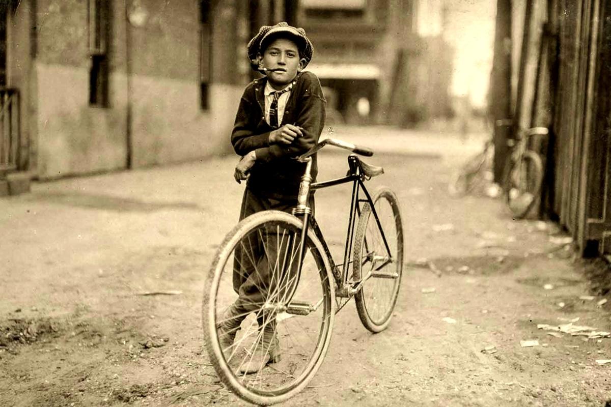 Септември 1913 г.: Пощальонът казва, че е на 15 г. и обслужва зоната на червените фенери всеки ден.