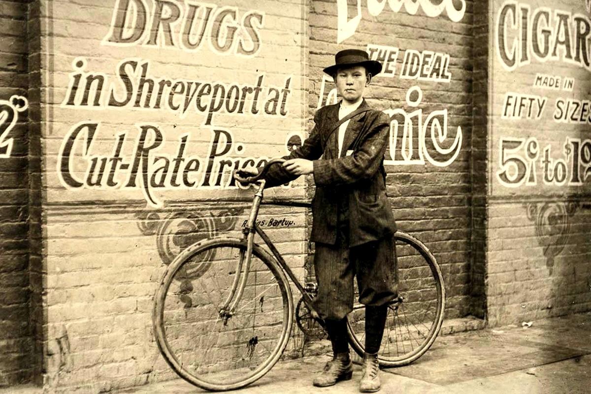 Ноември 1913 г.: Хауърд Уилямс, 13 г. Работи всеки ден от 9:30 ч. до 22:30 ч. Обслужва зоната на червените фенери и казва, че фирмата му не може да задържи пощальоните си, защото ги кара да работят твърде много.