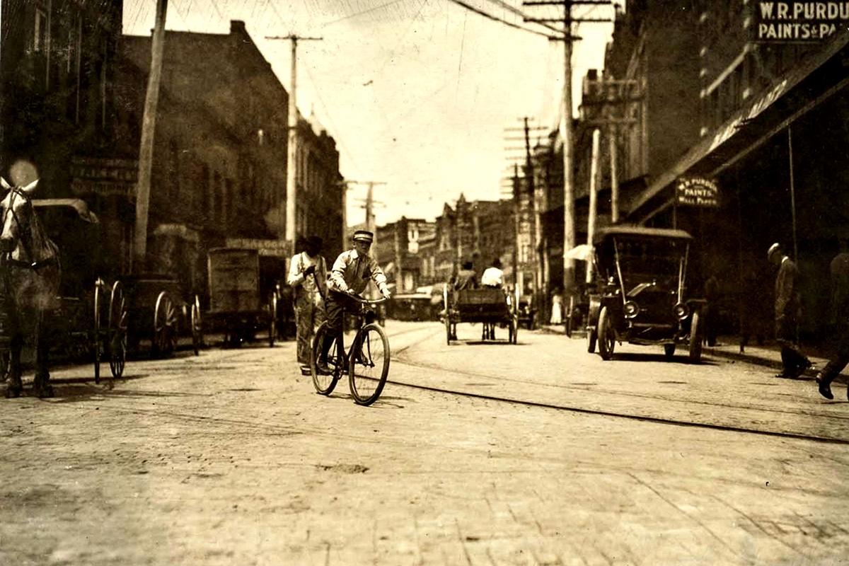 """Юни 1911 г.: """"Пощальончето отказа да ме разведе около червените фенери. Каза, че шефът му не му позволява да ходи по такива места""""."""