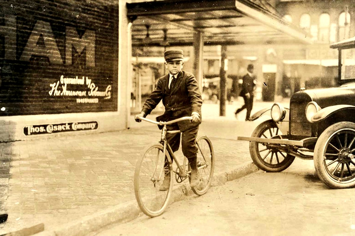 Март 1917 г.: Бен Колинс, 13 г. Казва, че изкарва по 5 долара на седмица.