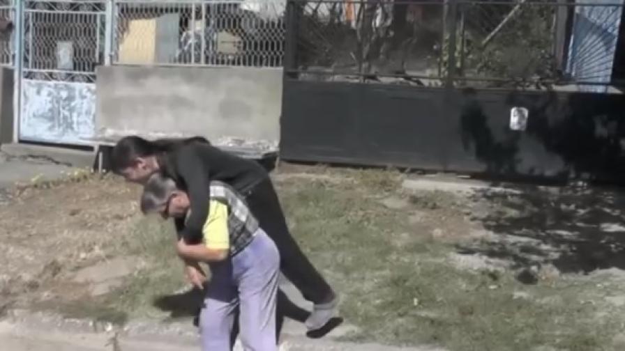 В Мизия: Майка носи на гръб дъщеря си всеки ден