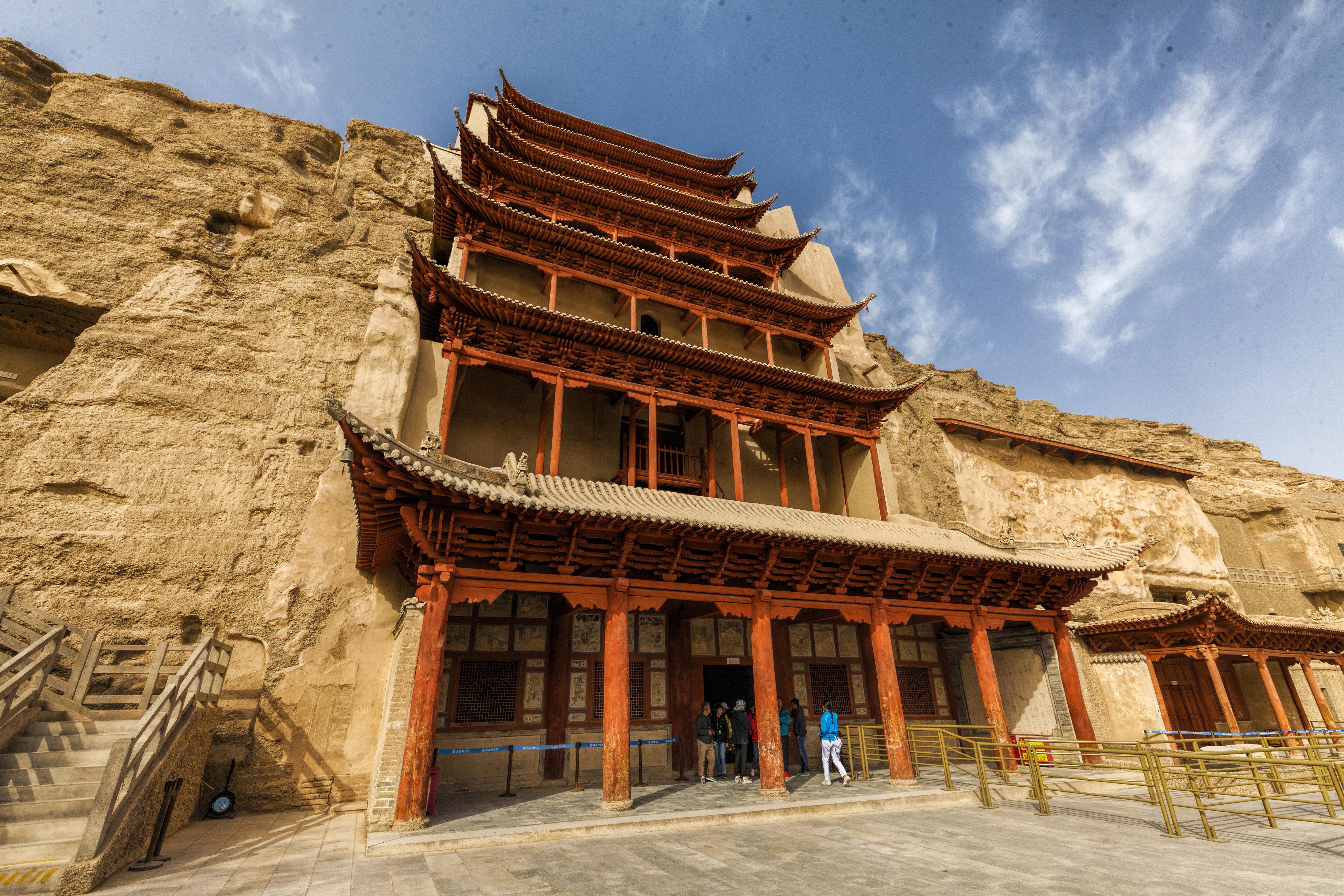 Будистките пещери са известни със уникални образци на будистко изкуство, като вътрешни стенописи, будистки статуи и ръкописи, намерени скрити в запечатана пещера.