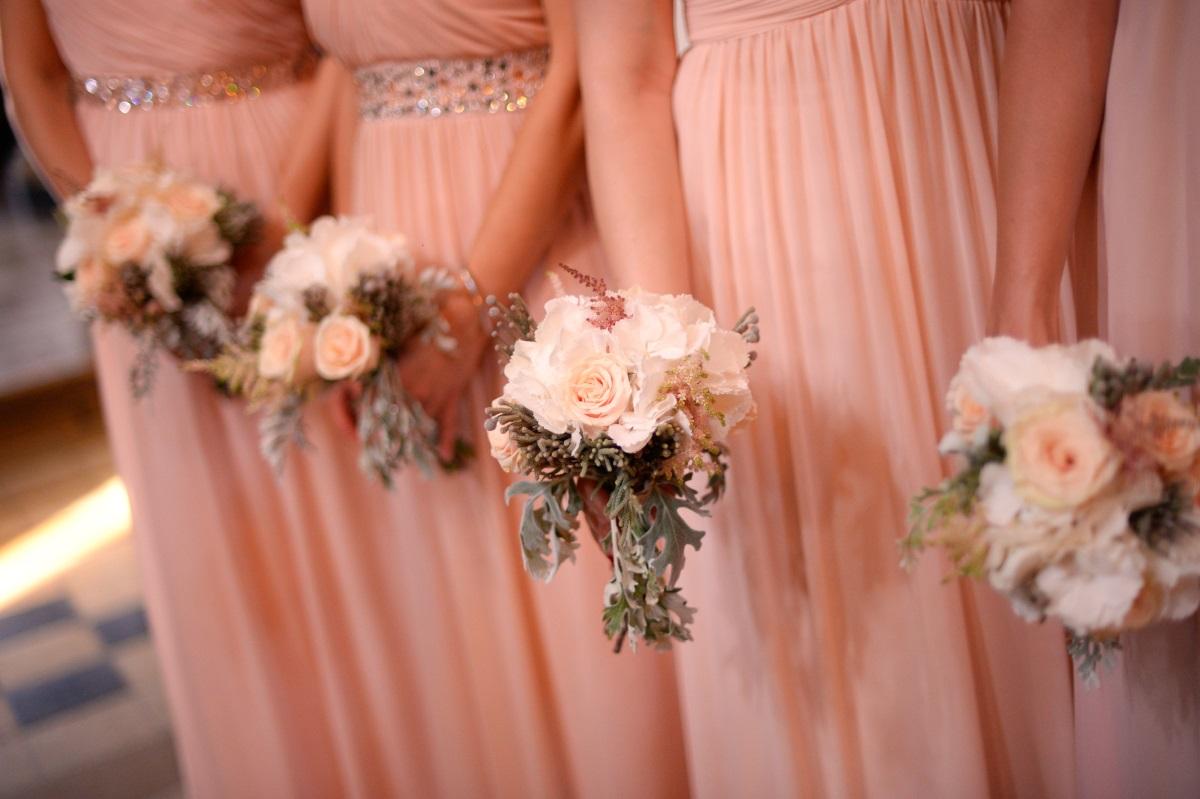 """""""Булката спря да ни говори на сватбата си, след като с останалите шаферки отказахме да си направим фотосесия навън без палта (за да не скриват роклите ни), а бяха минусови температури. Беше сватба през февруари. И до ден днешен булката твърди, че сме провалили сватения ѝ ден""""."""