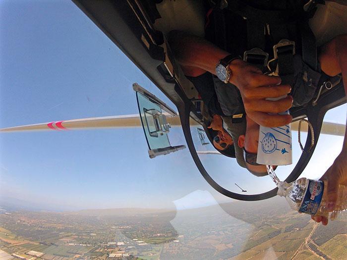 - Дали пилотът е преодолял гравитацията? Когато ускорението на самолета е по-голямо от земното центробежната сила надвишава тази на гравитацията.