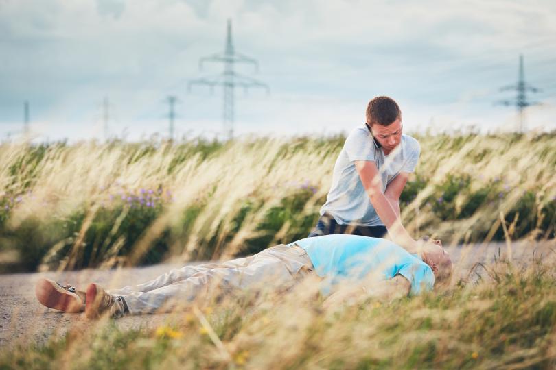 <p>1. Ако забележите, че човекът се свлича, трябва да се опитате да го хванете и внимателно да го сложите на земята. В противен случай може да се нарани при падането.</p>