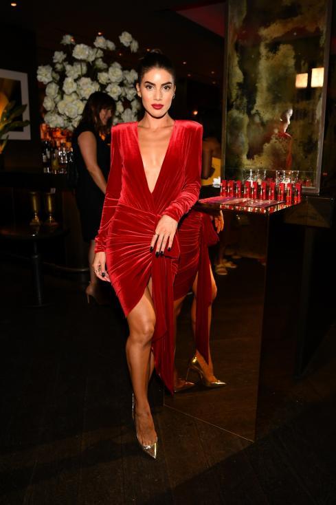 - Блогърката и моден инфлуенсър Камила Коелю направи своя зашеметяващ дебют на кинофестивала в Кан през май тази година, като се появи с рокля за над 1...