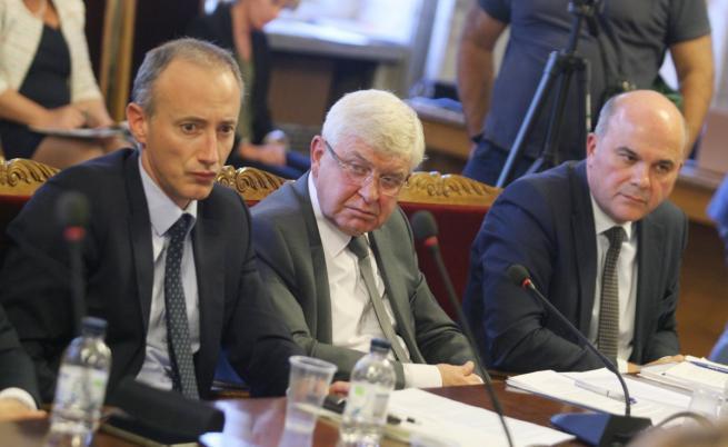 Министрите Красимир Вълчев, Кирил Ананиев и Бисер Петков на срещата в НС с протестиращите майки