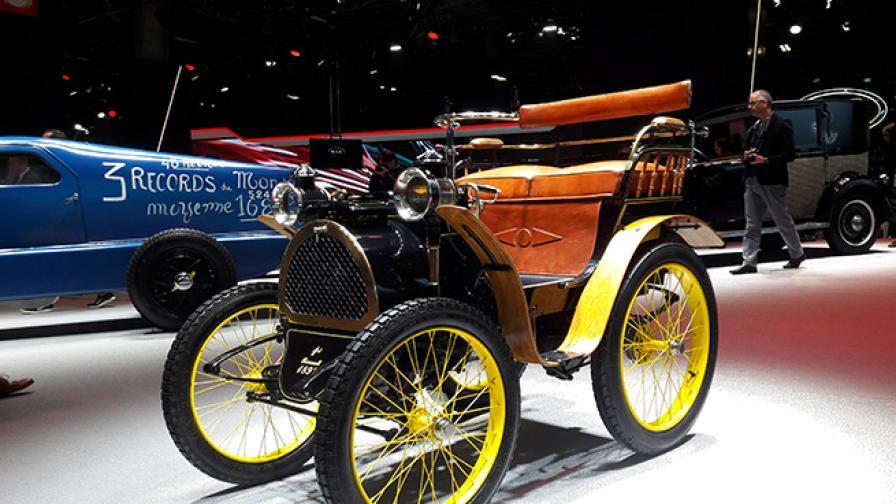 Всичко за Renault започна с този автомобил: Type A voiturette. Луи Рено го създава, когато е на 21 години. Оригиналът бе изложен редом до най-новите модели на марката в залите на парижкото автомобилно изложение.