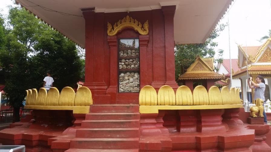 За четири години е избита една четвърт от населението на Камбоджа - това е най-големият геноцид в новата история. От 1975 до 1979 година по време на управлението на Червените кхмери са умрели два милиона души, брутално изтезавани. В страната има 388 масови гробове, един от тях е в ...