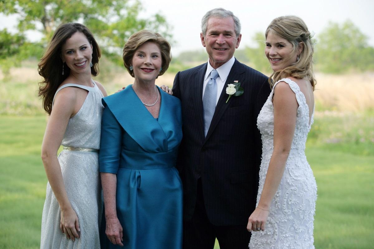 Джордж Буш с дъщерите си на сватбата на Джена Буш Джадър