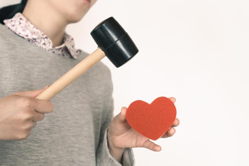 <p><strong>Фалшиво предложение</strong></p>  <p>Всяка жена чака с нетърпение момента, в който ѝ предлагат брак. Но надали всяка жена изневерява и очаква пръстен.</p>  <p>Такъв е случаят с британец, който след като научава горчивата истина, решава да разиграе половинката си. Той ѝ чете любовно писмо, дава ѝ пръстен и точно когато тя е напът да каже &bdquo;да&ldquo;, я пита: &bdquo;Кой е Томас Ру?&rdquo; Тогава жената разбира, че е хваната в изневяра, а предложението е лъжа.</p>