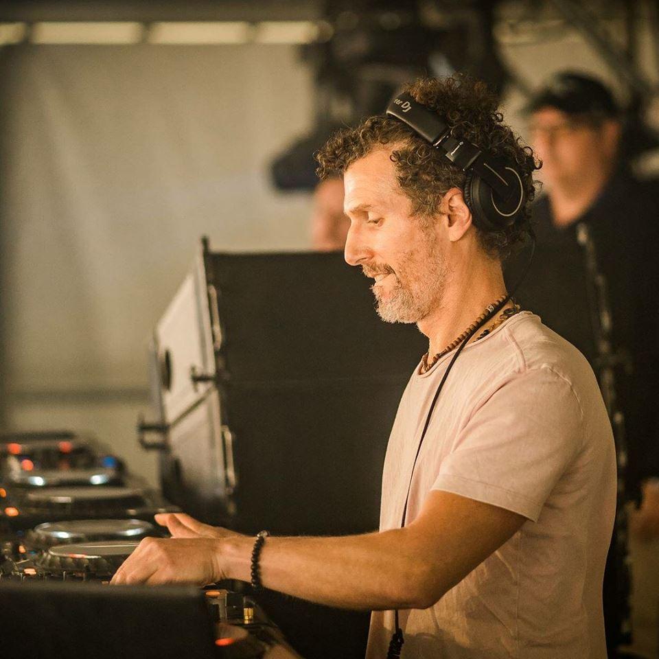 Джош Уинк започва кариерата си като сватбен DJ на 13 години. Издава тракове за най-влиятелните американски компании Strictly Rhythm и Nervous Records.