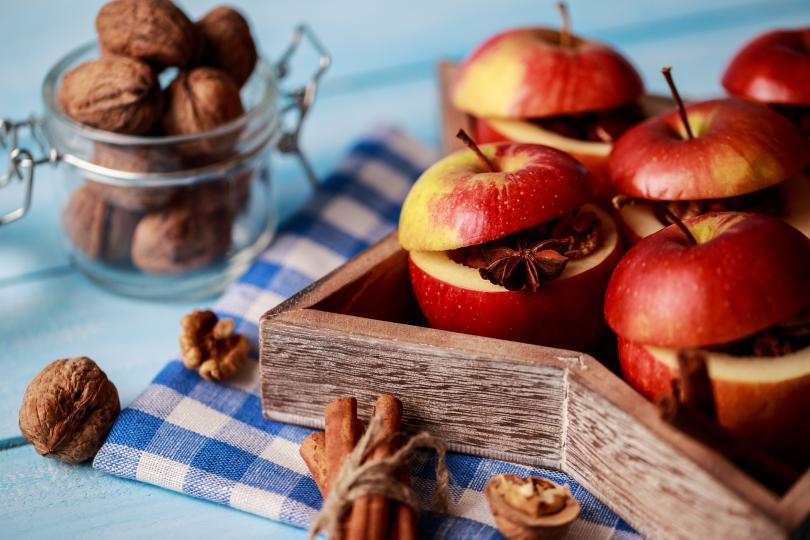 <p><strong>Стъпка 1</strong></p>  <p>Започнете с измиване на ябълките. После изрежете горната част им част като капаче. Издълбайте вътрешността на плода. Запазете капачетата за по-късно.</p>