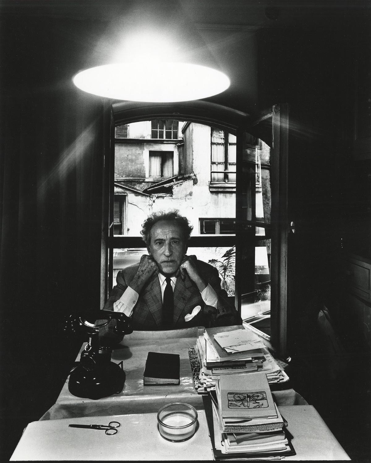 Поетът Жан Кокто (1960 г.). Той ефренскипоет,писател,дизайнер,художник,скулптор,сценарист,актьорирежисьор.Неговият кръг от приятели и любовници включваПабло Пикасо,Жан Юго,Жан Маре,Марлене Дитрих...
