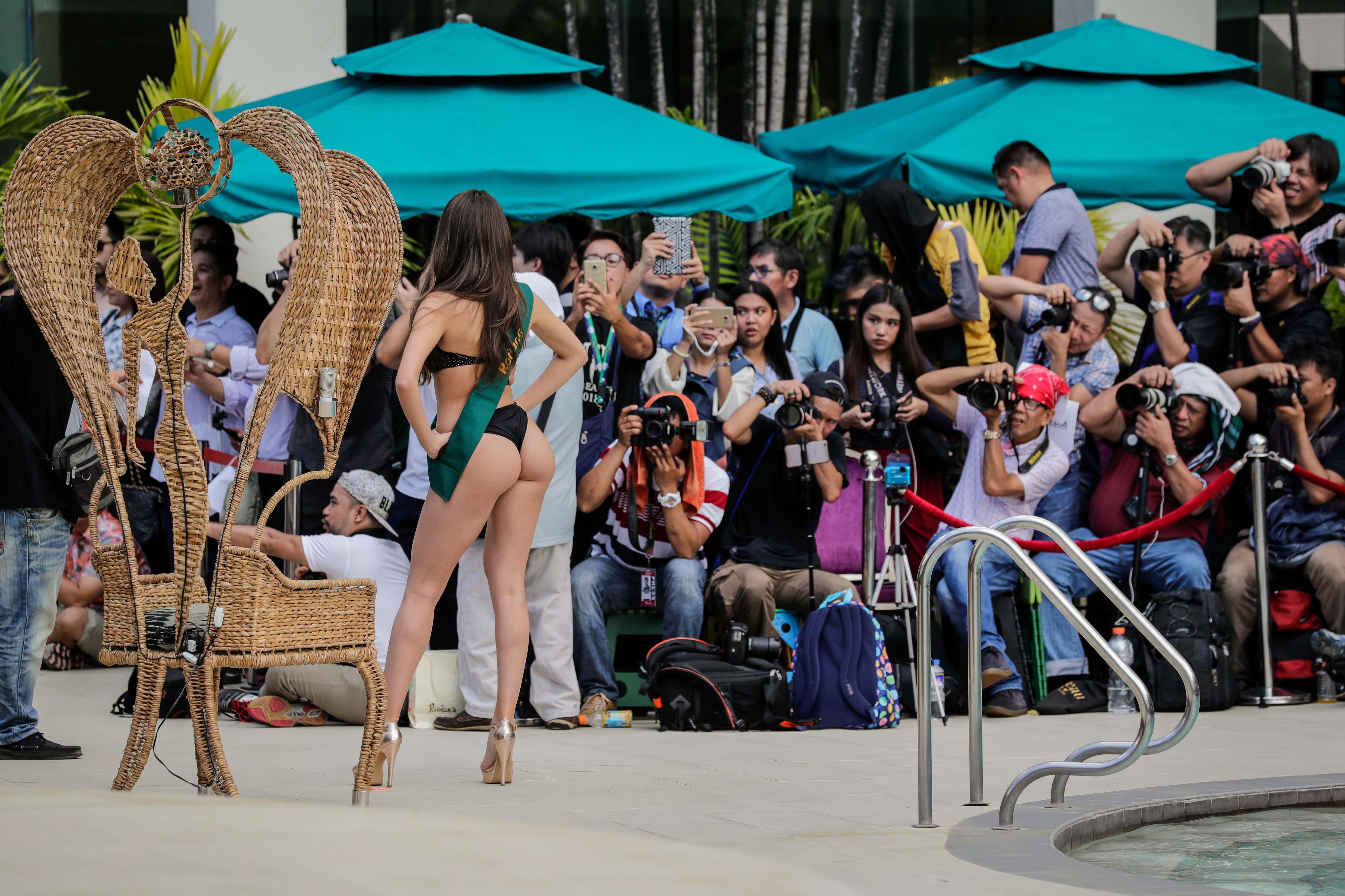 """Участнички в конкурса """"Мис Земя 2018"""" дефилират по бански пред фотографите край басейн в столицата на Филипините - Манила"""