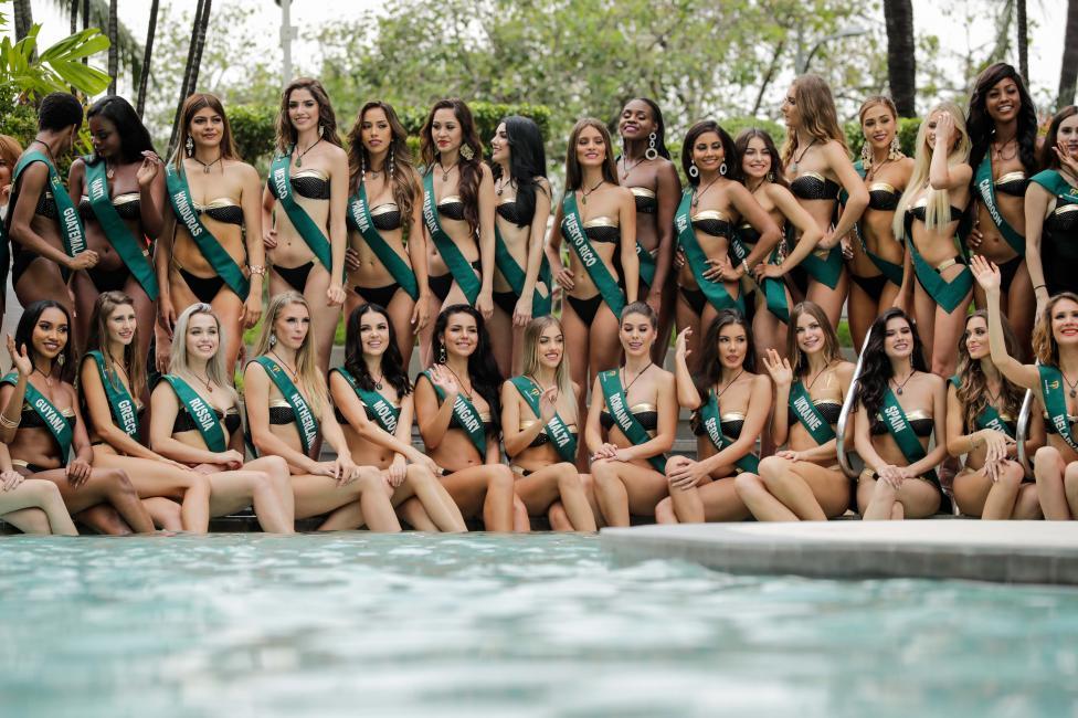 """- Участнички в конкурса """"Мис Земя 2018"""" дефилират по бански пред фотографите край басейн в столицата на Филипините - Манила"""