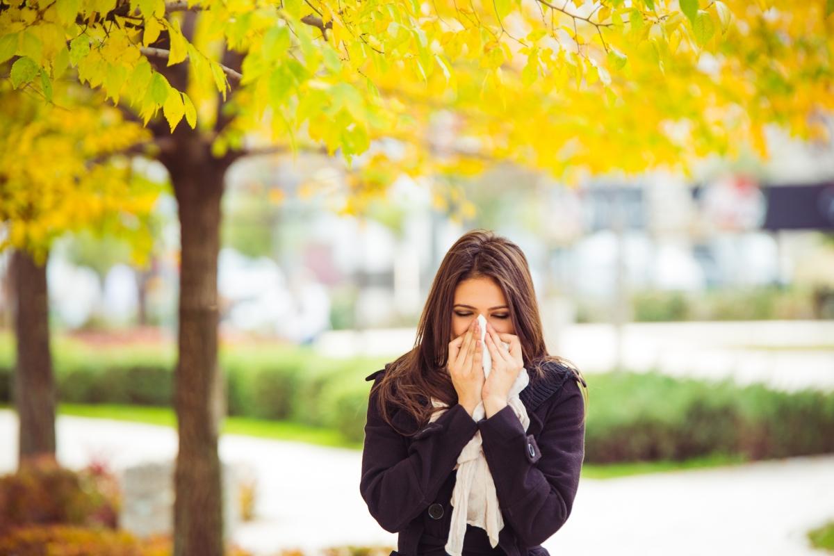 Боледуваме повече. Температурната амплитуда, особено ако е рязка, може да обърка тялото ни и то да реагира, като се разболеем. Имунитетът пада, а също така е добре да си спомните, че полените във въздуха се сменят след лятото и също могат да предизвикат алергии.