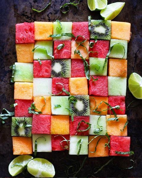 В днешно време е модерно да се говори за здравословно хранене, но колко от нас действително го практикуват. Тук не става въпрос само да похапваме повече плодове и зеленчуци и по-малко сладко, а радикално да променим навиците си и начините, по които комбинираме различните видове храни. Ето защо здравословното хранене е предизвикателство да открием и свикнем с непознати вкусове и ястия, които на пръв поглед ни се струват невъзможна комбинация. Когато става въпрос за красиви снимки на храна, места, напитки и какво ли още не - няма как да не отправим поглед към мрежата, която всеки ден използваме Инстаграм. Вижте някои от най-интересните профили за здравословна храна в мрежата.