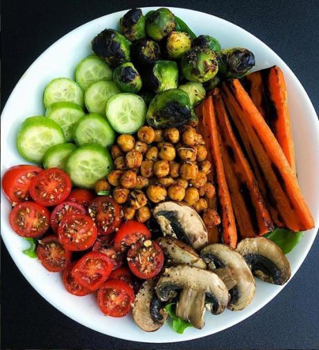В днешно време е модерно да се говори за здравословно хранене, но колко от нас действително го практикуват. Тук не става въпрос само да похапваме повече плодове и зеленчуци и по-малко сладко, а радикално да променим навиците си и начините, по които комбинираме различните ...