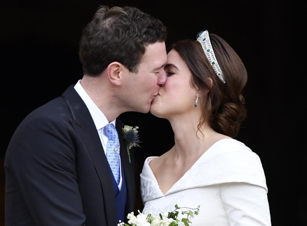- Внучката на кралица Елизабет II принцеса Юджини се омъжва за Джак Бруксбанк