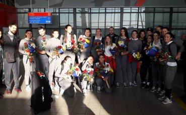 Националките ни се завърнаха от Япония, посрещнаха ги с цветя