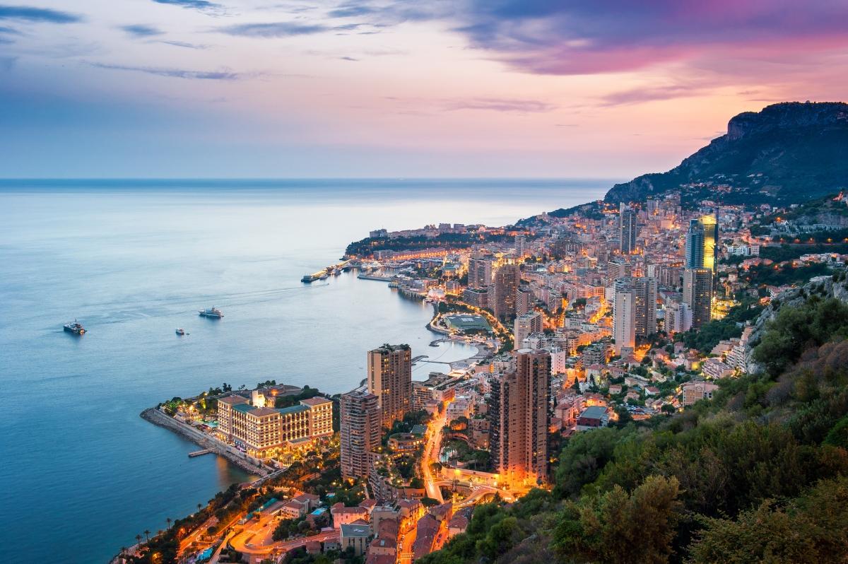 Монако - столицата на кралството има население 0тв 36 000 души.