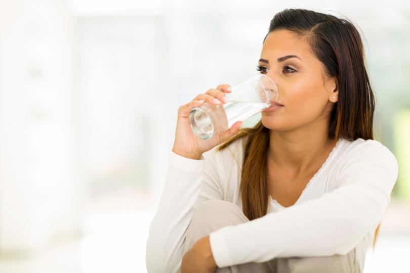 <p><strong>Все сте жадни</strong></p>  <p>Това е най-ясният&nbsp;симптом. В тялото ни трябва да се поддържа определен водно-солеви баланс. Ако едното е повече &ndash; водата или солта, тялото дава сигнали, че има нужда от другото. Затова и прекомерното количество сол ви кара да пиете вода. Тялото просто си търси баланса.</p>