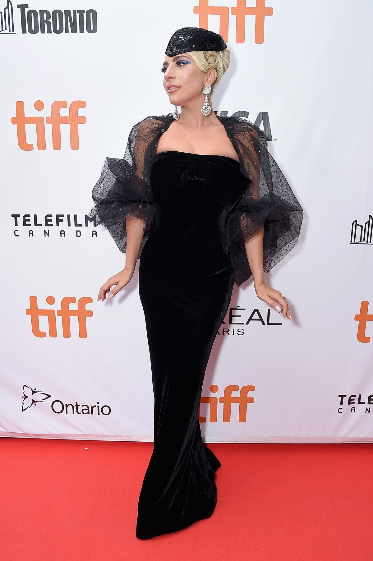Ако трябва с едно изречение да опишем Лейди Гага, то би било - жената с много лица. Още с първата си поява на сцената до ден днешен тя си остава една от най-колоритните, щури и шарени звезди в шоубизнеса. Тази година Гага смени за малко сцената със снимачната площадка и дебютира като актриса във филма на Брадли Купър - Star is born. Това, което всички забелязаха е метаморфозата на Гага на червения килим. Всеки път тя беше като малък диамант до Брадли Купър. С тоалети в нежни цветове, прибрана коса и обувки без платформа. Всичко това се променя, когато Гага е на музикалната сцена. Вижте разликите в снимки: