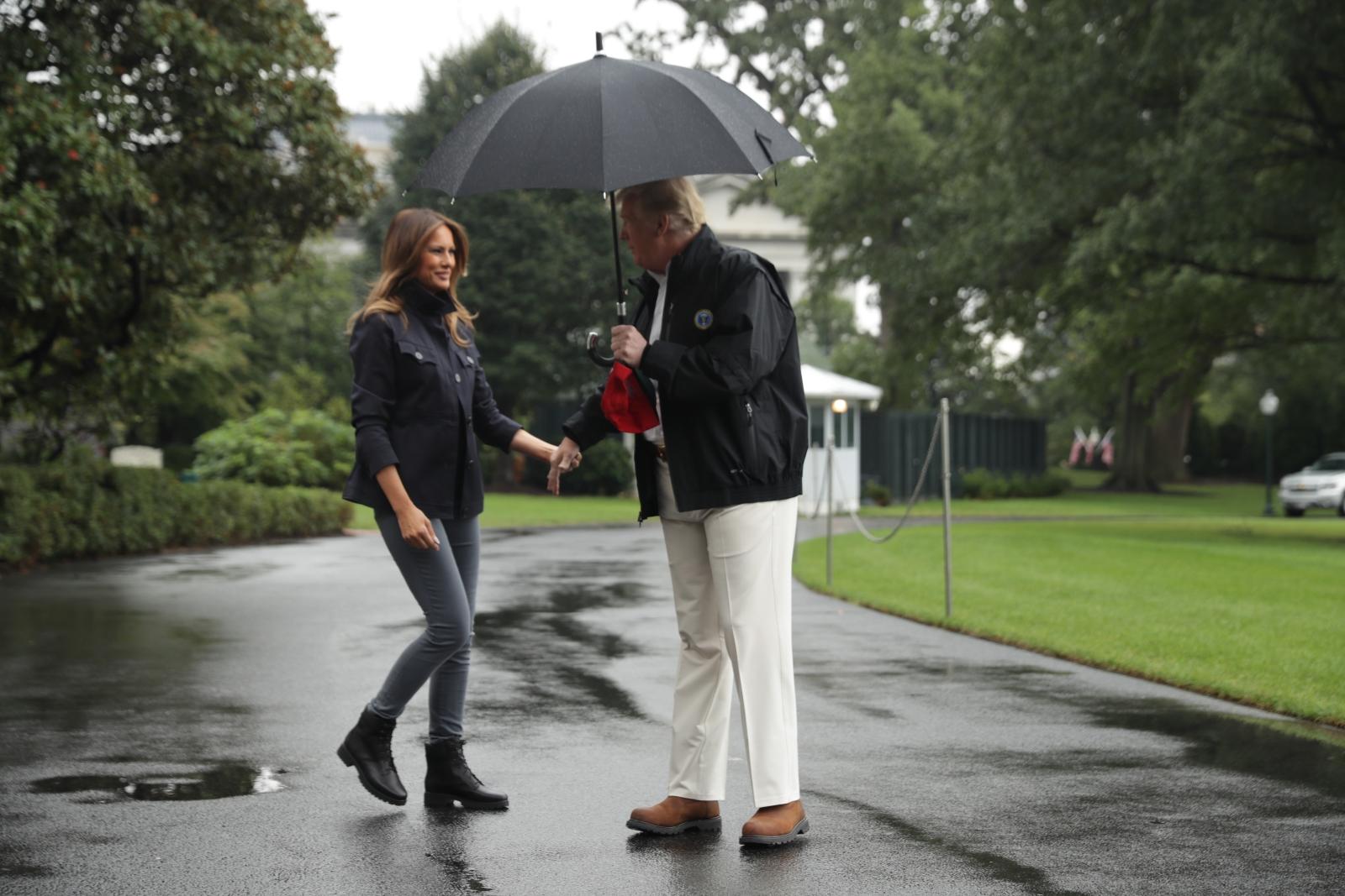 """Мелания не успя да се """"вреди"""" под чадъра на мъжа си."""