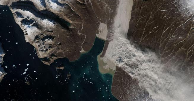 Снимка: НАСА засне брашно от глетчер в Гренландия