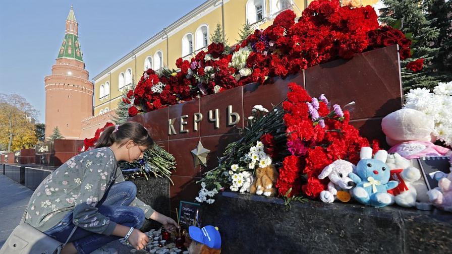 <p>Погребват жертвите на масовото убийство в Керч</p>