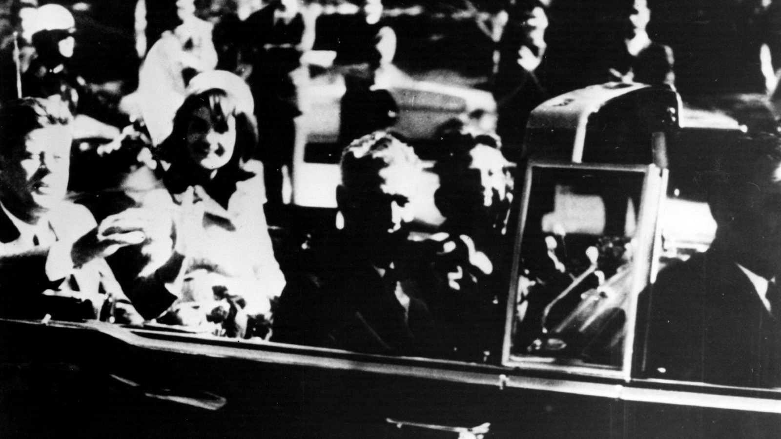 Джон Ф. Кенеди<br /> <br /> Атентатът от 1963 г. остава едно от най-известните убийства на този век. Внезапната насилствена смърт на президента на САЩ беше толкова шокираща, че за мнозина изглеждаше невъзможно, че всичко може да се окаже дело на един самотен луд.<br /> <br /> Но според пет отделни доклада за убийството Лий Харви Осуалд действително е действал сам. Поради причини, които само Ослуалд знае, той се качва на шестия етаж на сграда край пътя, по който минава кортежа на държавния глава, и открва огън по президента. Проехтяват три изстрела, като третият е фаталният.