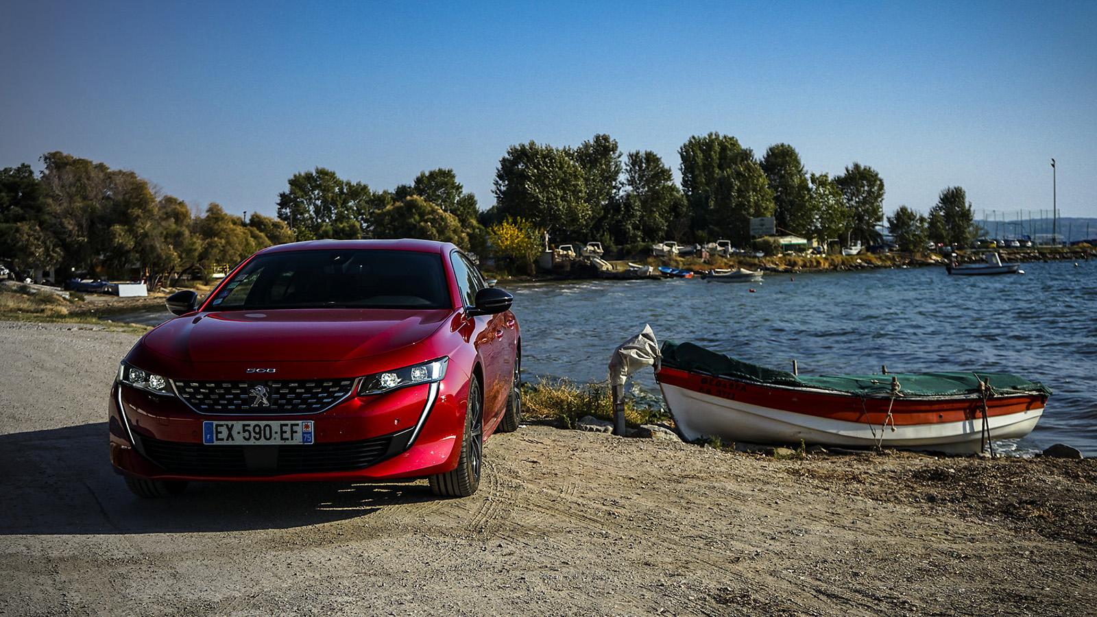 Peugeot създаде един от най-красиви си автомобили, за да преобърне представите за стереотипния сегмент D. 508 буквално крещи в лицето на всички установени играчи, като се цели изключително високо: BMW.