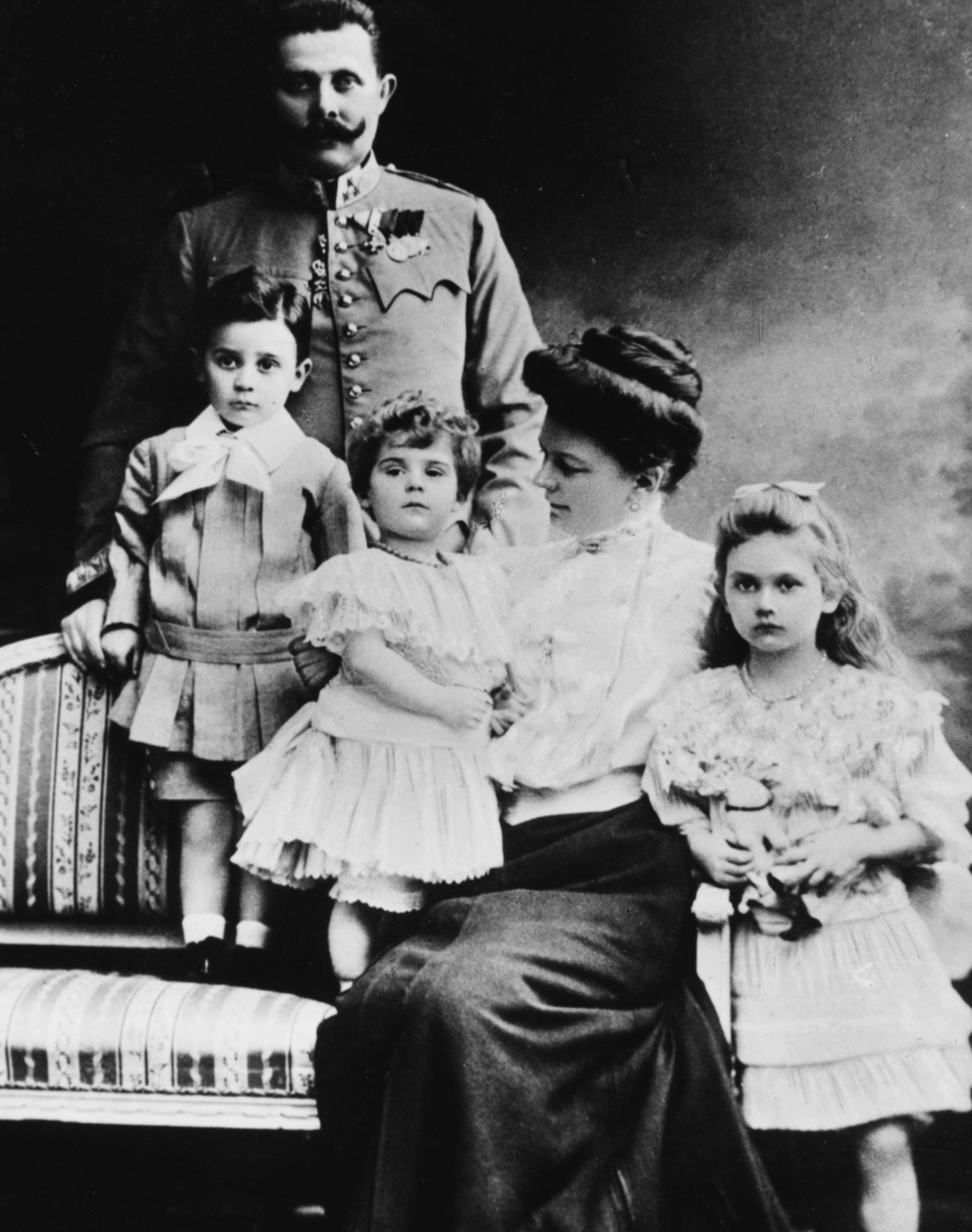 Ерцхерцог Франц Фердинанд и съпругата му<br /> <br /> Убийството на ерцхерцог Франц Фердинанд е изстрелът, който поставя началото на катастрофа. Като почти директен резултат от смъртта на един човек, започва Първата световна война, сложен е край на империи, над 30 млн. души умират.<br /> <br /> Франц Фердинанд е убит от Гаврило Принцип, сръбски националист, борещ се за независимост. Нацията му е анексирана от австро-унгарската империя през 1908 г. Когато Фердинанд, наследникът на трона на врага му, минава през Сараево на 28 юни 1914 г., Принцип и неговите съучастници се възползват от възможността за отмъщение.