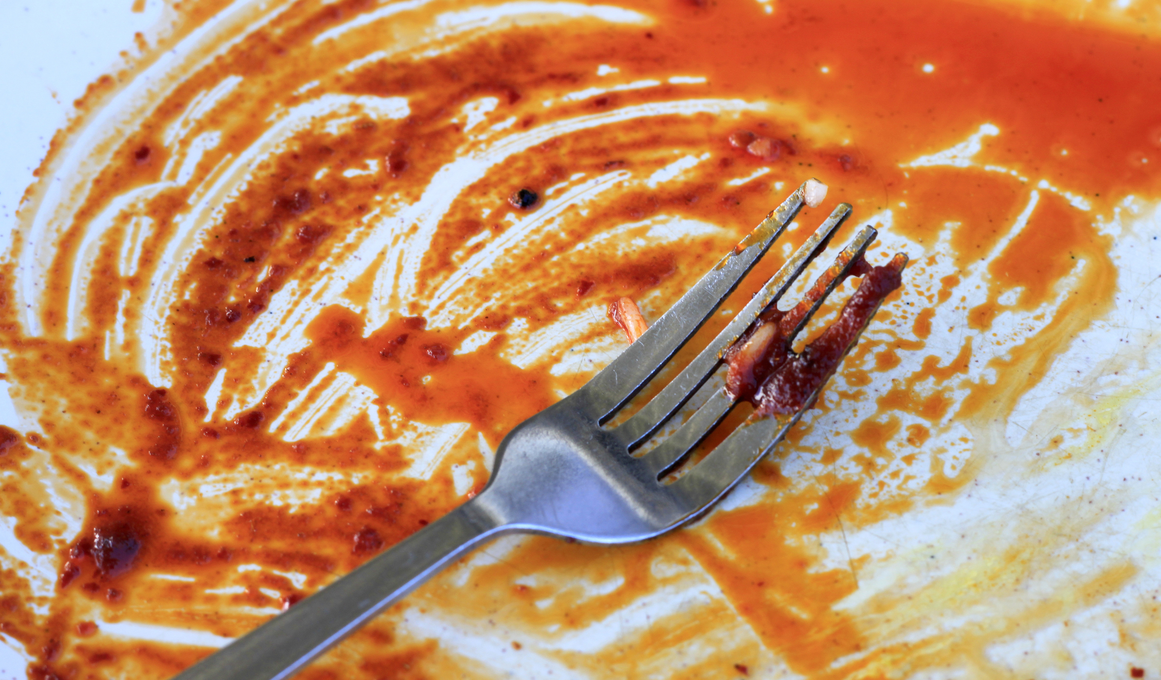 Мръсни чинии, които са останали от вечерта. Идея: мийте чиниите всяка вечер след хранене или се редувайте с половинката си, а ако децата ви са достатъчно големи, включете и тях в това досадно задължение.