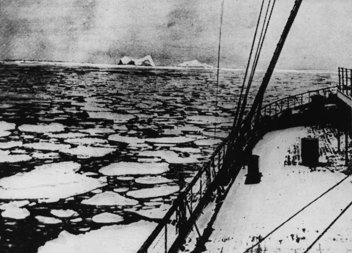 Снимка на мястото, където потъва Титаник. В далечината се вижда айсберг.