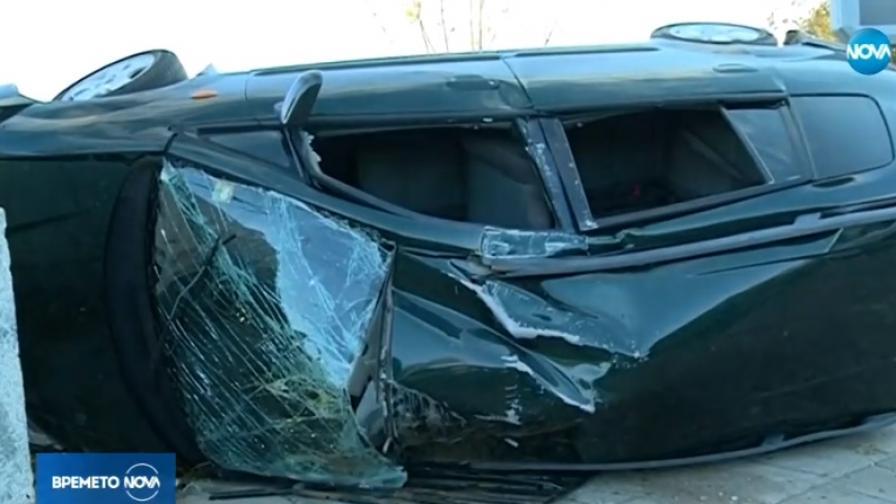 Кола отнесе знак и се заби в моста на Марица