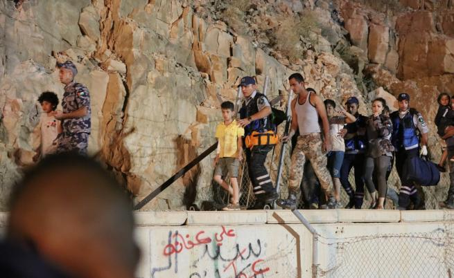 Смъртоносни наводнения убиха ученици в Йордания