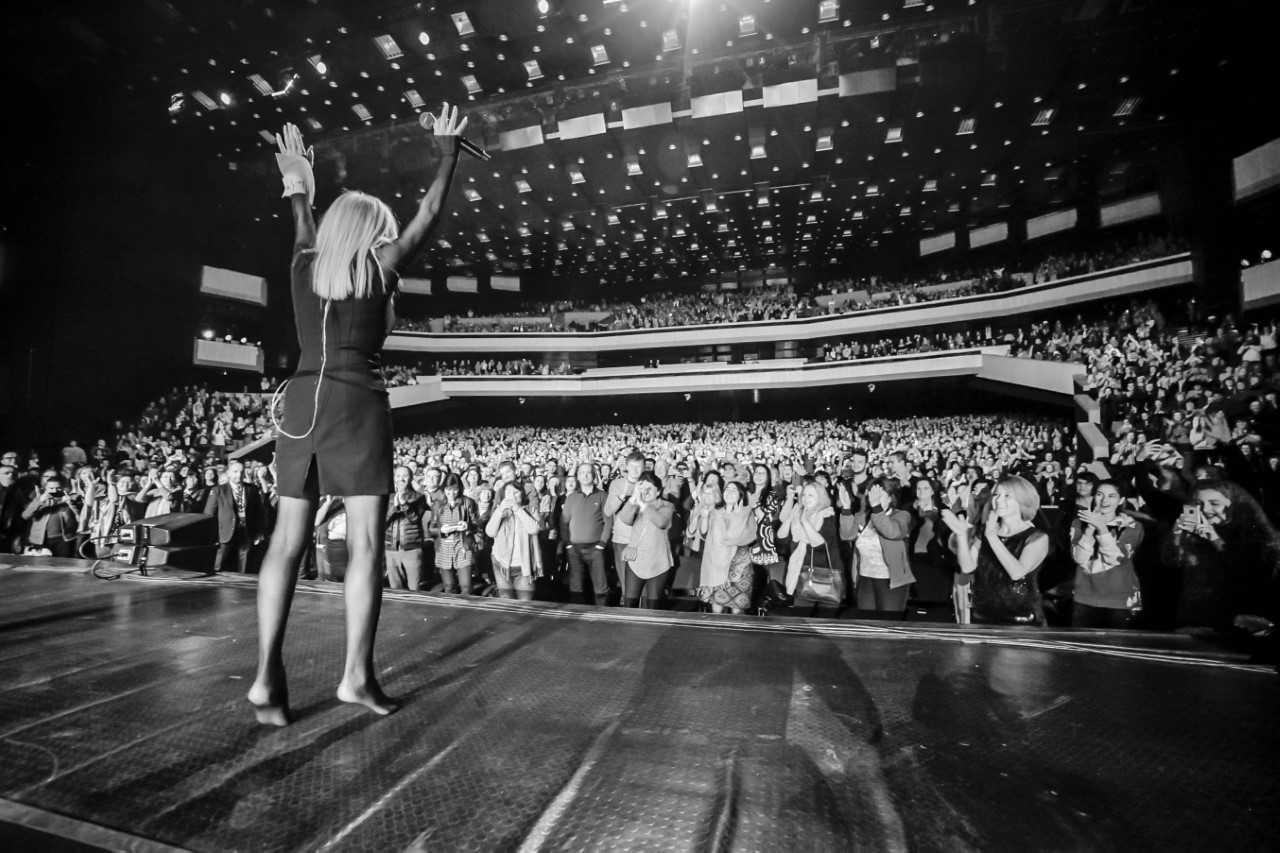 Лили изнесе концерта си, качена на черни лачени обувки с 21 см висок ток, които накрая хвърли на сцената и остана боса, за да приеме бурните аплодисменти на публиката.