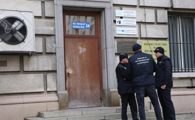 Задържаха шефове на агенцията за българите в чужбина