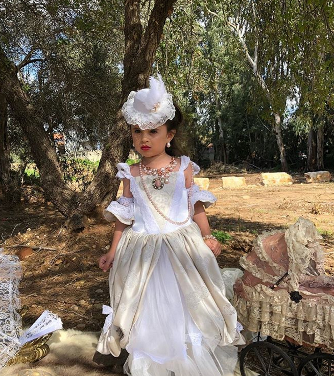 """Миа Афлало е едва на 5 години, но вече е известна с косата си и дори беше снимана от британското издание на """"Воуг"""". Тя впечатлява с красотата си - но много родители обвиниха майка й, че я експлоатира."""