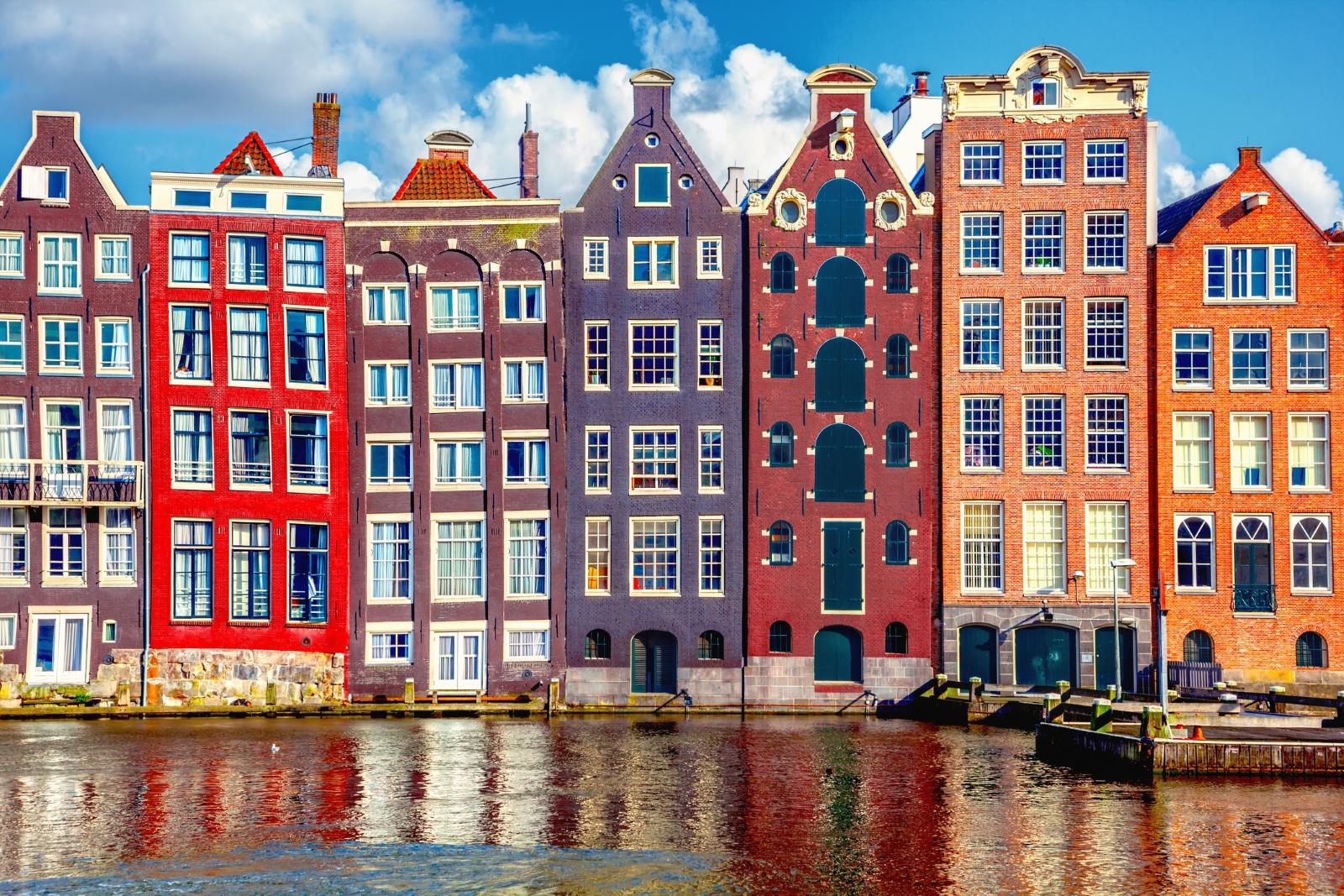"""Амстердам. 64% от населението му се придвижват с велосипеди. """"Амстердам Смарт Сити"""" е един от най-големите проекти, които се извършват на територията на града. В него градското пространство се използва като голяма лаборатория, в която се извършват редица експерименти, които да ни дадат повече информация за това как можем да пестим енергия и да не замърсяваме околната среда."""